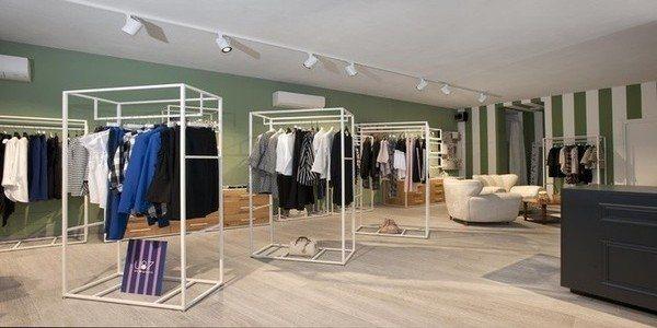 Arredo moderno per negozi abbigliamento negozio maison33 for Arredi per negozi abbigliamento